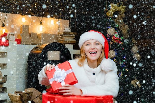 Positive menschliche emotionen mimik weihnachten interieur frohe weihnachten und ein glückliches neues jahr chr...
