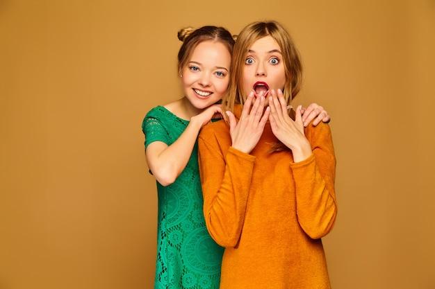 Positive models posieren mit ihren kleidern