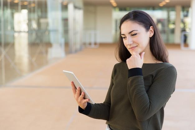 Positive nachdenkliche weibliche kundenlesemeldung