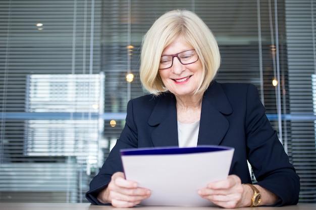 Positive senior hr arbeiter halten persönliche datei