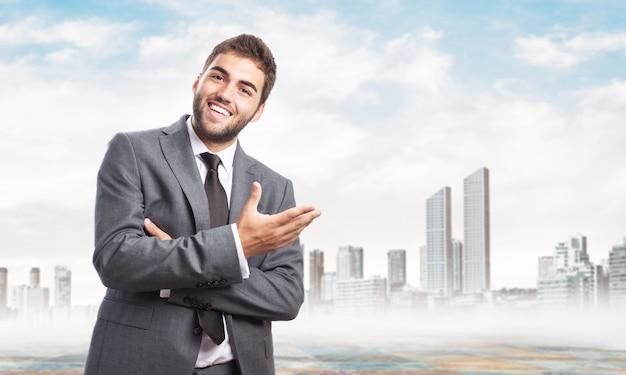 Positive unternehmer in einer einladenden geste
