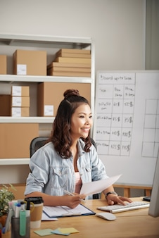 Positiver büroadministrator bei der arbeit