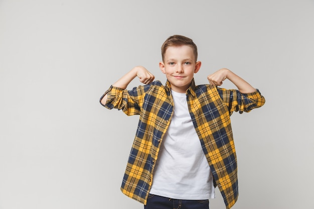 Positiver jugendkerl, der körperstärke zeigt.