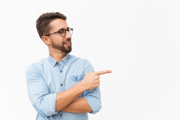 Positiver männlicher kunde, der neues produkt vorstellt