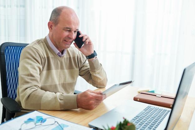 Positiver unternehmer telefoniert