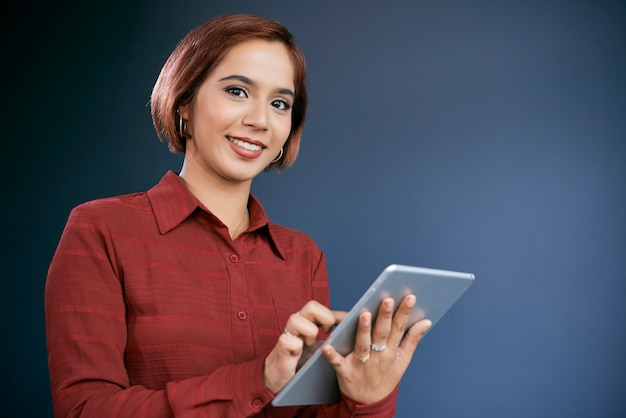 Positiver weiblicher unternehmer mit tablette