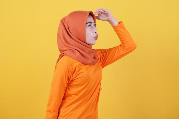 Positives asiatisches frauenmädchen, das etwas geste trägt, das hijab trägt