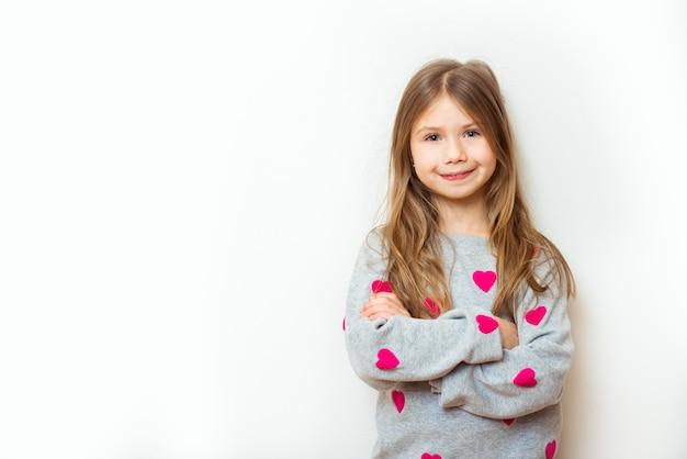 Positives kindermädchen auf einem weißen.