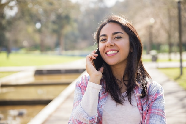 Positives lächelndes mädchen, das gute nachrichten erhält