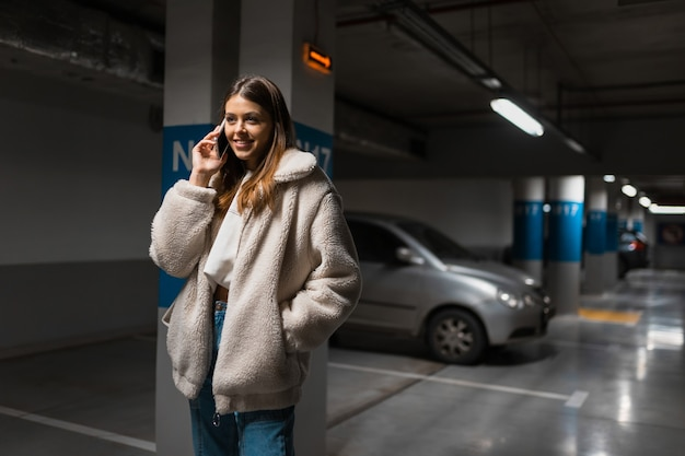 Positives mädchen, das am telefon spricht
