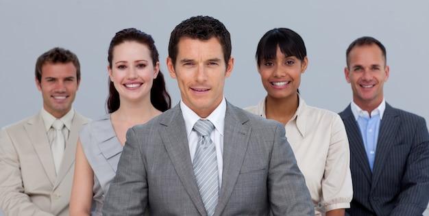 Positives multiethnisches geschäftsteam vor der kamera