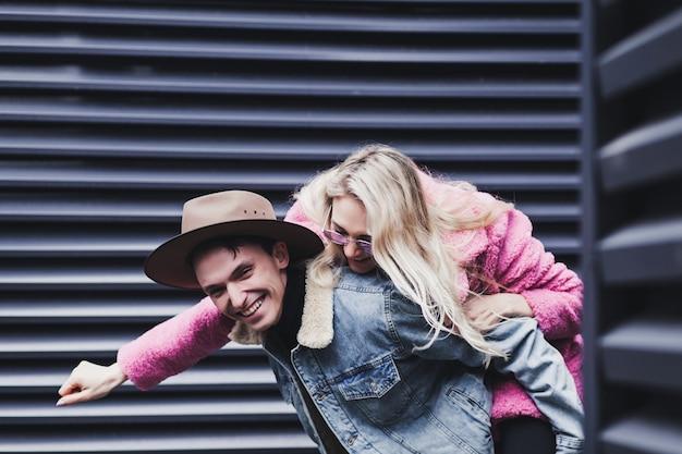 Positives und glückliches paar, das spaß in der stadt hat