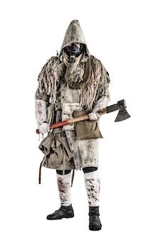 Post-apokalypse-weltüberlebender, bandit oder marodeur in gasmaske, ghillie-umhang, zerlumpte kleidung mit runen, winkzeichen zeigend, während er mit der tischleraxt in der hand steht, isoliert auf weißem trieb