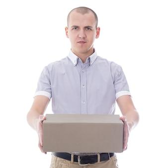 Post-delivery-service-konzept - junger mann gibt karton isoliert auf weißem hintergrund