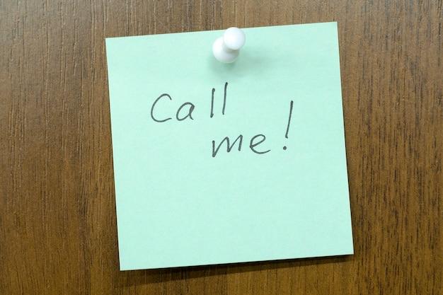 Post-it-notiz mit ruf mich an! phrase