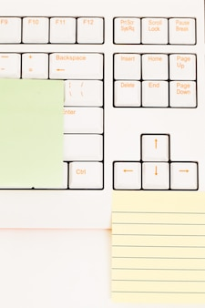 Post-it-notizen auf einer tastatur