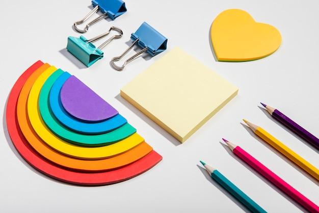 Post-itanmerkungskarten und hohe ansicht der schulwerkzeuge und des regenbogenpapiers