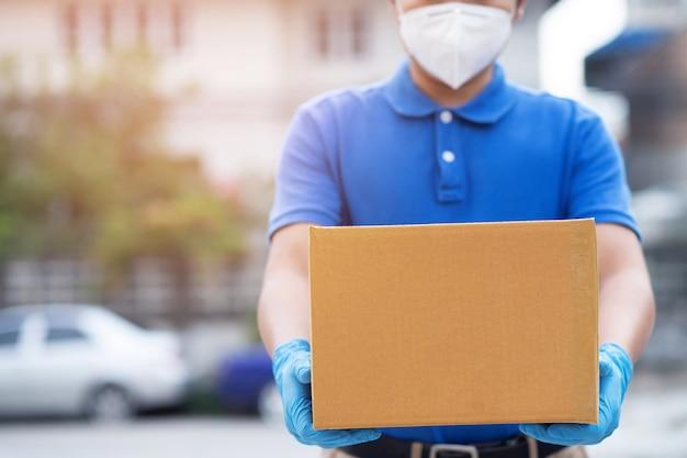 Postbote und express-lebensmittellieferservice während covid19.