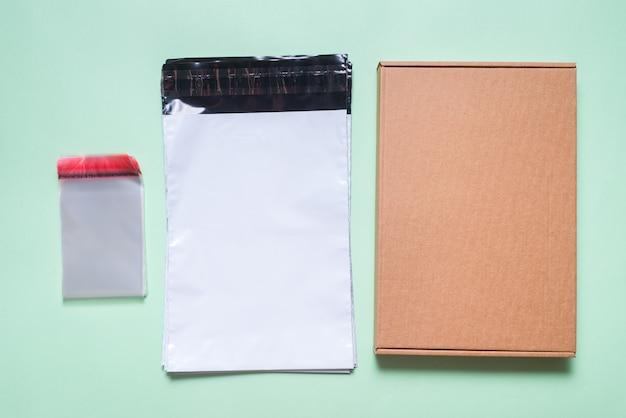 Postfach aus polyethylen, postversand, karton