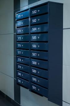 Postfächer in einem mehrfamilienhaus. sogar reihen von nummerierten briefkästen. korrespondenzkonzept in der stadt. sie können es als hintergrund für ihr creative verwenden. platz kopieren