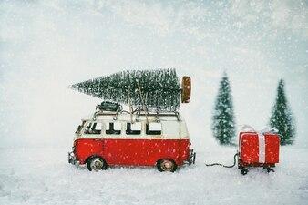 Postkarte der Weinlese-frohen Weihnachten - tragender Weihnachtsbaum des Miniaturantikewagens