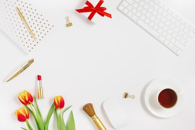 Postkarte für valentinstag, muttertag oder 8. märz. ein strauß tulpen, ein geschenk mit einer roten schleife