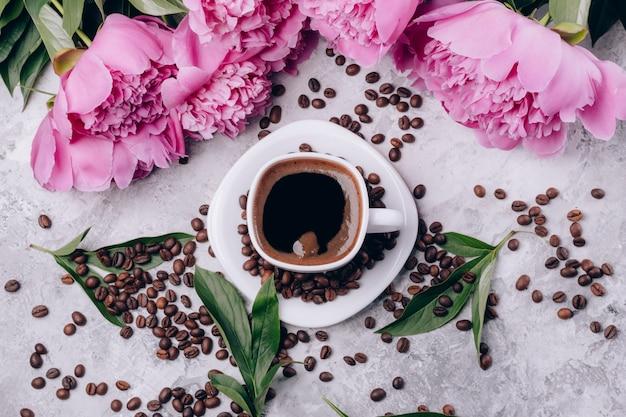 Postkarte mit kaffee pfingstrosen und kaffeekörnern