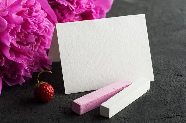 Postkarte mit kreide, pfingstrosenblumen