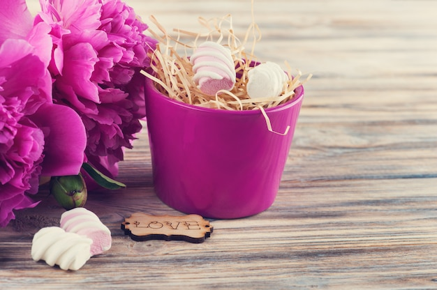 Postkarte mit pfingstrosenblumen, bonbons