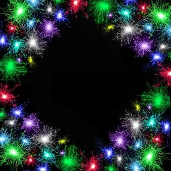 Postkarte mit verschiedenen bunten feuerwerken auf schwarzem hintergrund. mehrfarbiger rahmen. kann verwendet werden, um die feiertage zu dekorieren: weihnachten, neujahr, jubiläum, unabhängigkeitstag, geburtstag