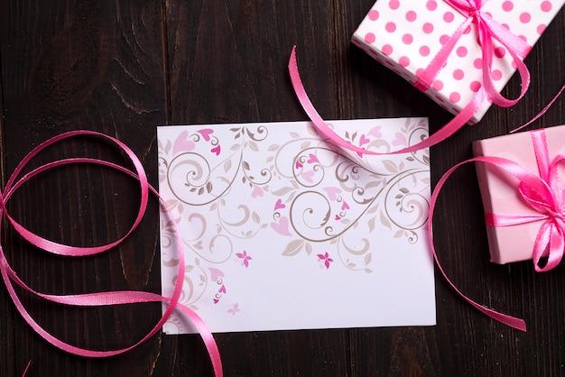 Postkarte rosa herz und geschenkbox