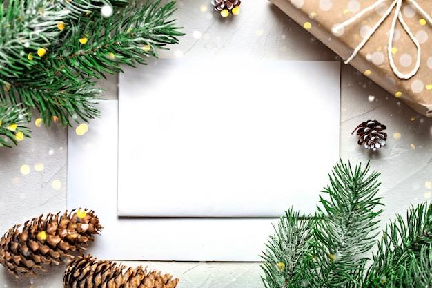 Postkarte und zweige eines weihnachtsbaumes