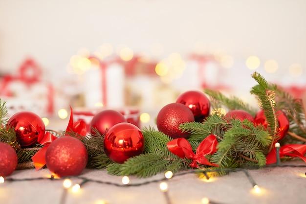 Postkarte vorlage, weihnachtsschmuck im schlafzimmer, geschenke, weihnachtskugeln und girlanden