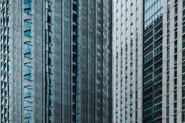 Postmoderne bürogebäude mit glasfassade
