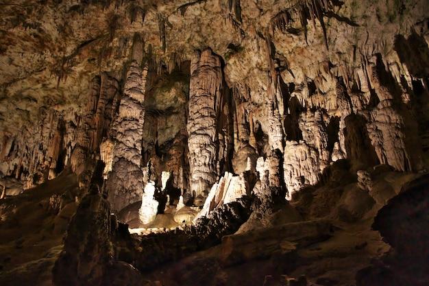 Postojna-höhlen in den bergen von slowenien