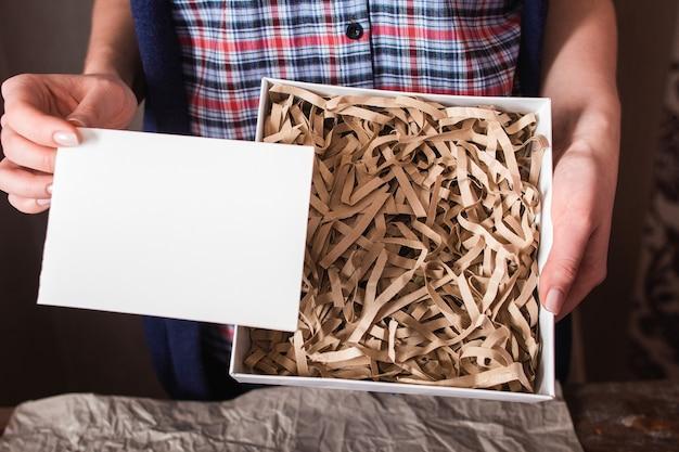 Postpaket mit leerer karte freien speicherplatz.