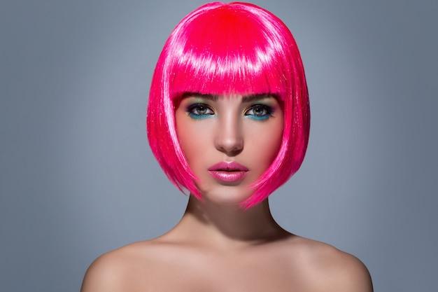 Potrait der jungen frau mit rosa haaren