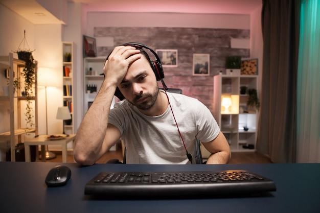 Pov des jungen mannes kann nicht glauben, dass das spiel für ihn vorbei ist, während er online-shooter-spiele spielt.
