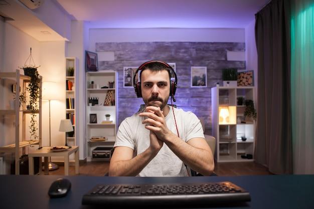 Pov eines jungen mannes, der nach seinem sieg klatscht, während er online-shooter-spiele spielt.