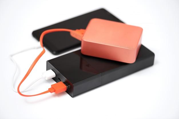 Power bank, bluetooth-lautsprecher und smartphone.