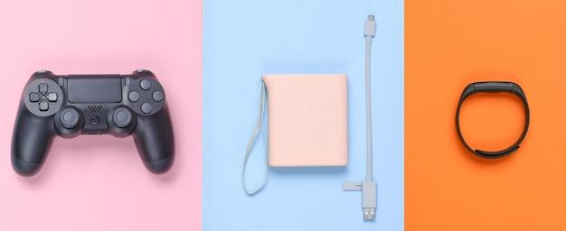 Power bank und usb-kabel, gamepad, smart bracelet isoliert