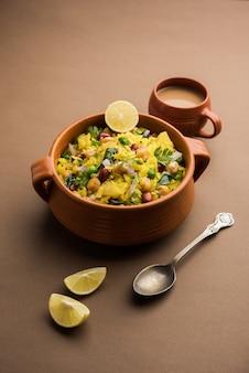 Power kabuli chana poha oder protein rich choley pohe, beliebtes maharashtrian, indisches frühstücksrezept, selektiver fokus