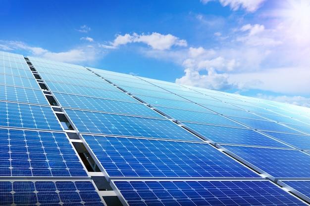 Power solarpanel auf blauem himmel, alternatives sauberes grünes energiekonzept