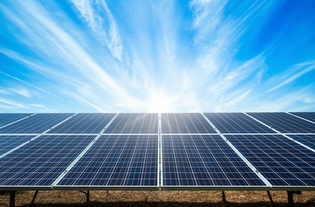 Power solarpanel auf blauem himmel, alternatives sauberes grünes energiekonzept