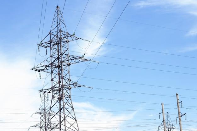Power tower. hochspannungsleitungen und strommasten. hochspannungsleitungen, die an einem hochleistungspfosten installiert sind, sind angeschlossen