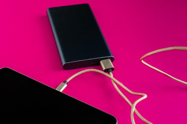 Powerbank lädt das moderne smartphone oder neues gadget auf