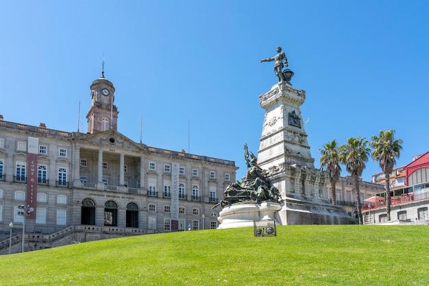 Praça do infante mit dem palacio da bolsa und der statue von infante d henrique.