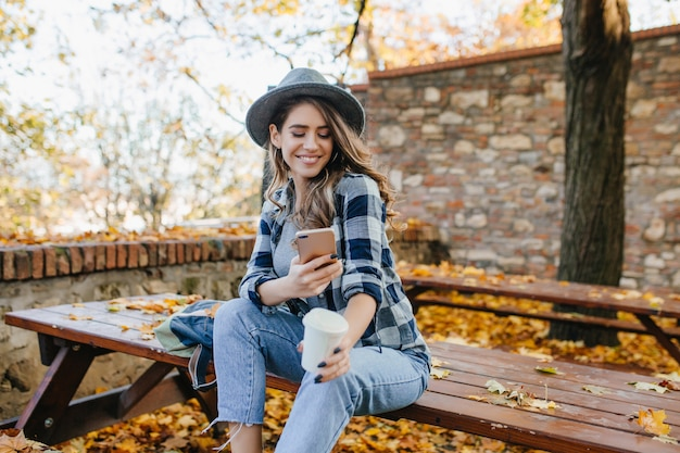 Prächtige weiße frau trägt freizeitkleidung sms-nachricht in guten september tag