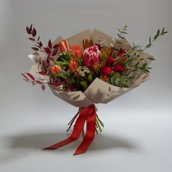 Prächtiges bouquet von tulpe, leukospermum, leukadendron, protea, rose, selektiver fokus