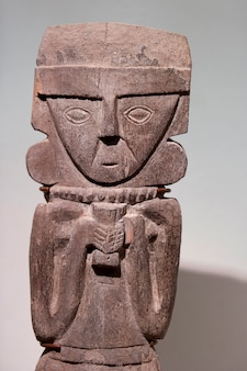 Präkolumbianische hölzerne statue in museo de arte precolombino, cuzco, peru